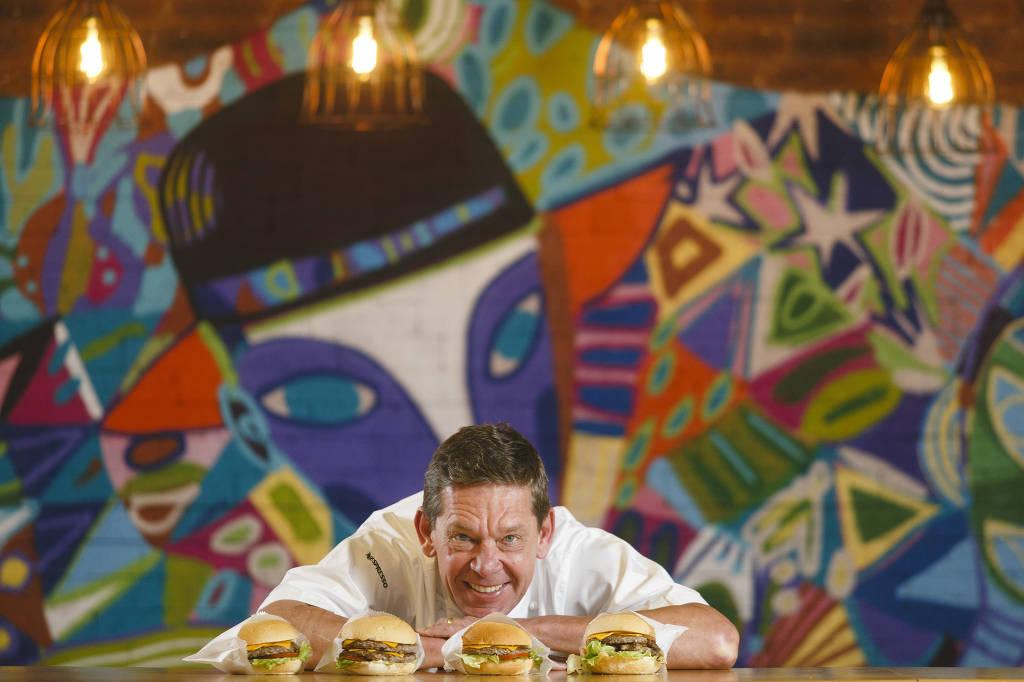 O empresário Junior Durski, fundador da rede Madero, na hamburgueria Jerônimo do Shopping Estação, em Curitiba; marca foi lançada em outubro, no contexto da crise - Brunno Covello/Folhapress
